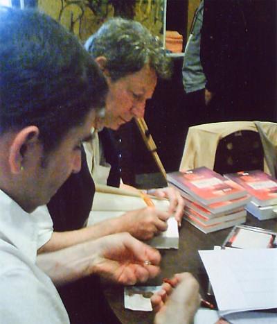 """Daniel Plaisance dédicaçant mon exemplaire de """"Fugues musicales en Gâtinais"""" lors du Café Littéraire du 26 Juin 2009"""