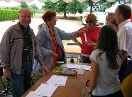 Deux membres du Comité des Fêtes en train de remettre une énigme à l'une des 12 équipes participantes à la Chasse aux Trésors. Cliquez pour agrandir la photo.