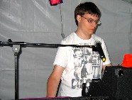 Jonathan concentré sur sa console, préparant le morceau suivant. Pas de temps morts ! Cliquez pour agrandir la photo.