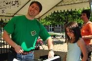 Sébastien Orus Plana, Président de l'Amicale des Parents d'Elèves de l'Ecole Primaire de Paucourt, a le sourire ! Carton plein pour le vide-greniers du dimanche 23 Mai 2010. Cliquez sur cette photo pour l'agrandir.