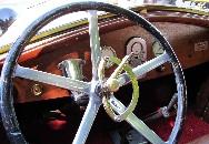 Les commandes plutôt spartiates de la Renault Torpédo. On est loin du confort des véhicules d'aujourd'hui, mais quel plaisir de conduite ! Cliquez sur cette photo pour l'agrandir.