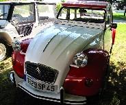 Une 2CV rutilante. A ses côtés une Citroën Méhari. Cliquez sur cette photo pour l'agrandir.