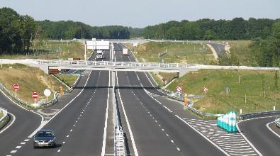 L'échangeur de Fontenay-sur-Loing N7-A19. Au fond, la Forêt de Montargis