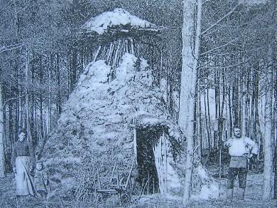 Cabane de charbonnier sur carte postale ancienne