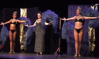 Visuel de la chanteuse Nell et ses deux danseuses.