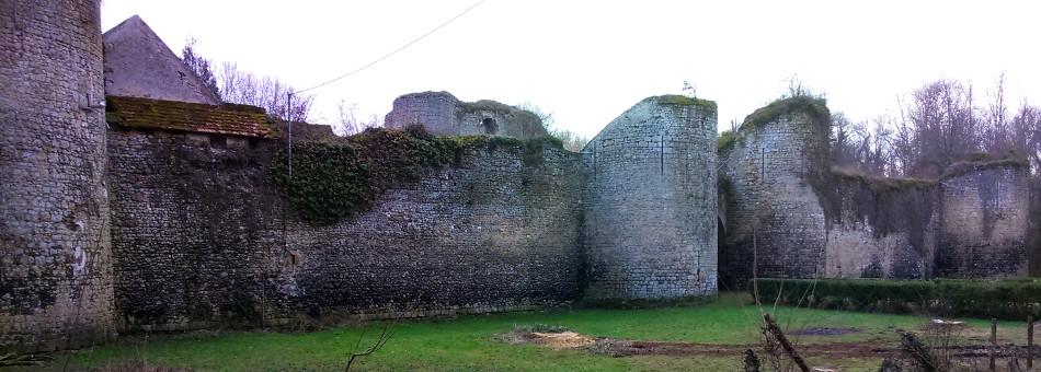La façade du château féodal de Mez-le-Maréchal sur la commune de Dordives (45)