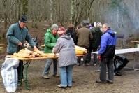 Pendant ce temps, une autre équipe du Comité des Fêtes, à proximité de la Fontaine aux Lorrains, s'affaire à préparer le casse-croûte ! Cliquez pour agrandir.