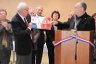 Claude Redon, président de l'A.A.M.A.L., remet pour la 4ème fois à la Commune de Paucourt le titre de la Marianne du Civisme.