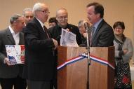 Bernard Delaveau reçoit, au nom de la Commune de Paucourt, des mains de Franck Demaumont le diplôme de la Marianne du Civisme.