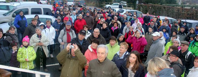 """La traditionnelle photo des marcheurs devant les marches de la salle polyvalente """" la Clairière """" écoutant les consignes des organisateurs avant de prendre le départ. Cliquez pour agrandir et lancer le diaporama."""
