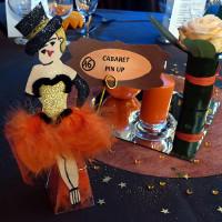 Décor de table, réalisé par Liliane et Sylvie. Chaque table portait le nom d'un célèbre cabaret.