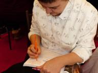 """Carmen dédicace à Vanessa le livre qu'elle a co-écrit avec tous les autres candidats de """"Cousu Main"""", saison 1."""