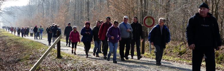 Cliquez pour agrandir - Les 180 marcheurs arrivent sur le site du casse-croûte.