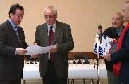 Franck Demaumont et Bernard Delaveau prennent connaissance du nouveau diplôme reçu par la Commune de Paucourt et remis par Claude Redon, Président de l'association des anciens maires du Loiret.