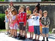 """Le soleil tape fort en ce 8 Mai 2011 ! Dans quelques instants les enfants de l'Ecole vont entonner la """"Marseillaise"""". Voyez la vidéo ci-dessous."""