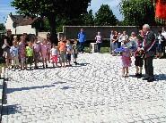2 enfants de l'Ecole Primaire de Paucourt accompagnent le maire