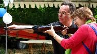 Bernard, membre du Comité des Fêtes, toujours aussi serviable, explique comment on vise avec une carabine !