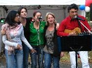 """Le concert de José Castilla pendant le repas sous les marronniers. Un choeur improvisé pour accompagner José sur la chanson """"femme libérée"""". Tout un programme ! Voyez ma vidéo."""
