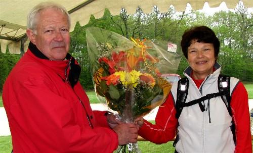 Pierre Houteer, membre du Comité des Fêtes de Paucourt, remet un superbe bouquet de fleurs à Marie-José Dubuisson, heureuse gagnante du tirage au sort. Cliquez sur cette photo pour l'agrandir et lancer le diaporama.